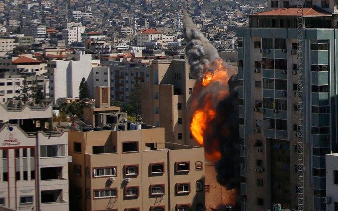 katerreyse-polyorofo-ktirio-sti-gaza-opoy-stegazontai-to-associated-press-kai-to-al-jazeera6