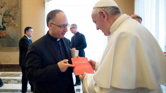 """P. Antonio Spadaro überreicht Papst Franziskus im Februar 2017 die Nummer 4000 der """"Civiltà Cattolica""""."""