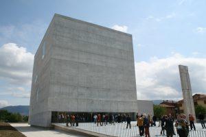 Modernen Kirchenbau: steriler Betonkubus in Foligno
