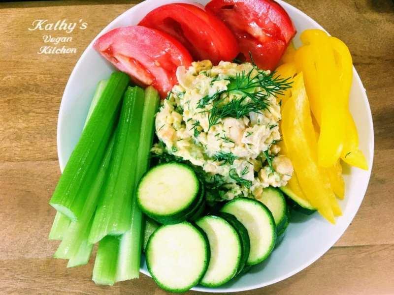 chickpeas salad with veggies