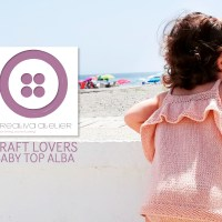 How to knit a baby top featuring a frill with the help of a simple tutorial by Creativa Atelier