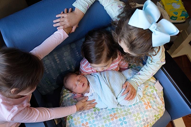 Fresh 48 photographer 4 siblings snuggle in hospital chair