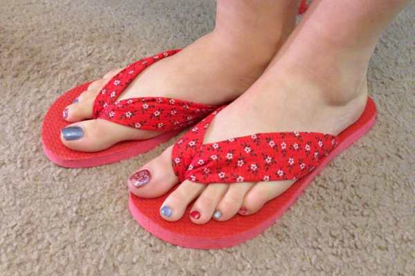 DIY Flip Flops Tutorial by Katie Crafts; https://www.katiecrafts.com