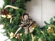 Lippe sitting on wreath