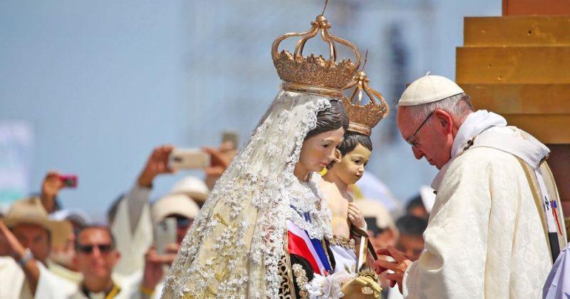 Påve Franciskus ber framför Mariastatyn i Tirana och firar mässa på  Lobito beach i Iquique, Chile, 18 januari 2018.