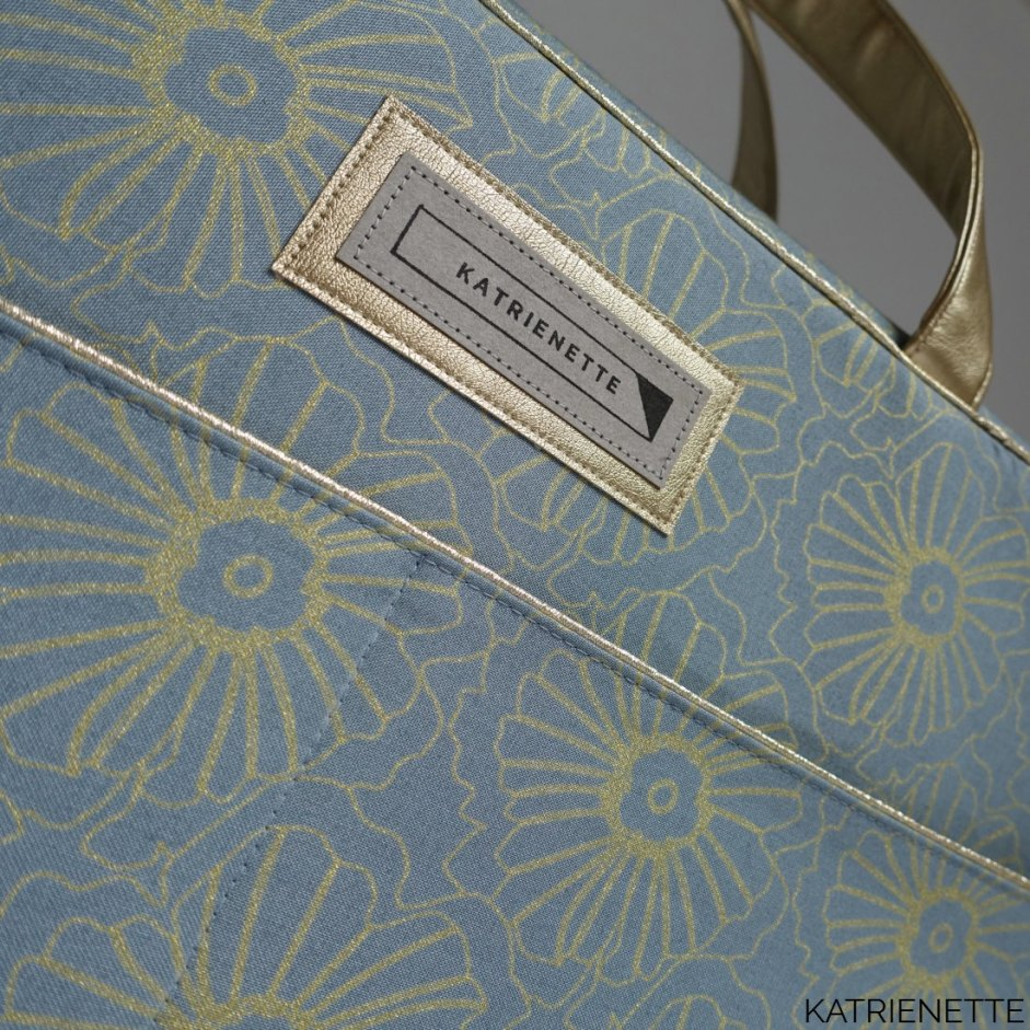Stella Weekender Swoon Swoonpatterns metal hang tag camelot flower gold Style-Vil Stylevil fast2fuse weekend diaper bag sewing pattern naaipatroon luier tas weekend reis bloemen goud katrienette katrienetteworkshop kunstleer nepleer faux leather fake