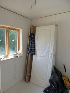 Det blivande omvårdnadsrummet. Här står de snygga vita spegeldörrarna och väntar.