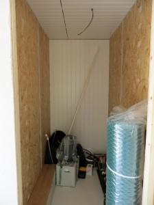 Det blivande förrådsrummet. Till höger står nätrullarna.
