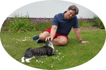 Leistungen der GOLD CAT Katzenbetreuung Hamburg. GOLD - Betreuung. Entspannte Katze beim streicheln und schmusen vom Katzensitter.