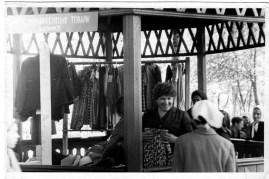 28.06.1965,_idet_boykaya_torgovlya_promyshlennymi_tovarami,_yarmarka_park_p.kavalerovo_4