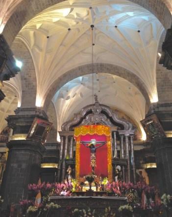 Catedral de Cusco decorada com flores roxas
