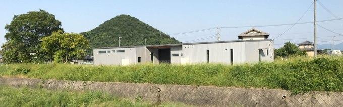 河川敷沿いに建つ平屋の住宅