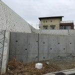 高低差のある敷地に建つデザイン住宅