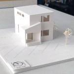 山間に建つシンプルでモダンな住宅