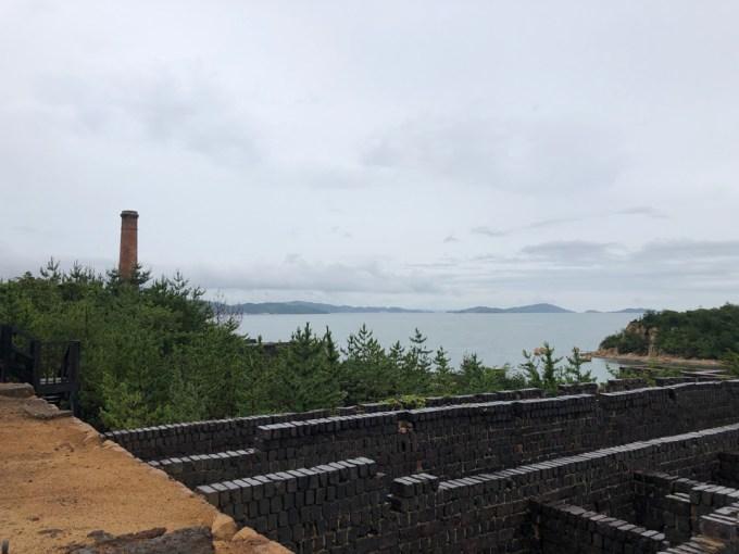 犬島精錬所既存施設上部から瀬戸内を見下ろす