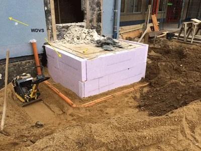 WDVS an einer Außenwand und Permeterdämmung
