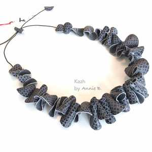 Collier Kazh de la collection Grands Galets en cuir gris python
