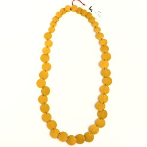 "Collier Kazh de la collection ""Perles"" en cuir de couleur jaune moutarde."