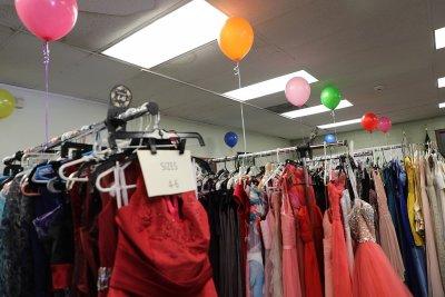 华人社区爱心齐聚 礼服捐赠助少女参加舞会