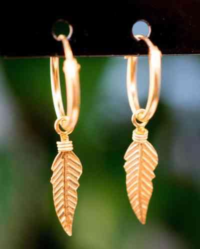 Gouden oorbellen 'Feather Hoops' van Goud Vermeil