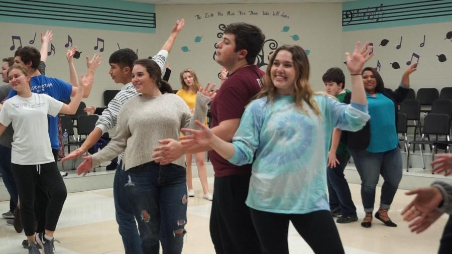 Senior+Grace+Vogel+and+junior+Drew+Novak+dance+to++%22Footloose%22+while+rehearsing+for+Stage+Live.