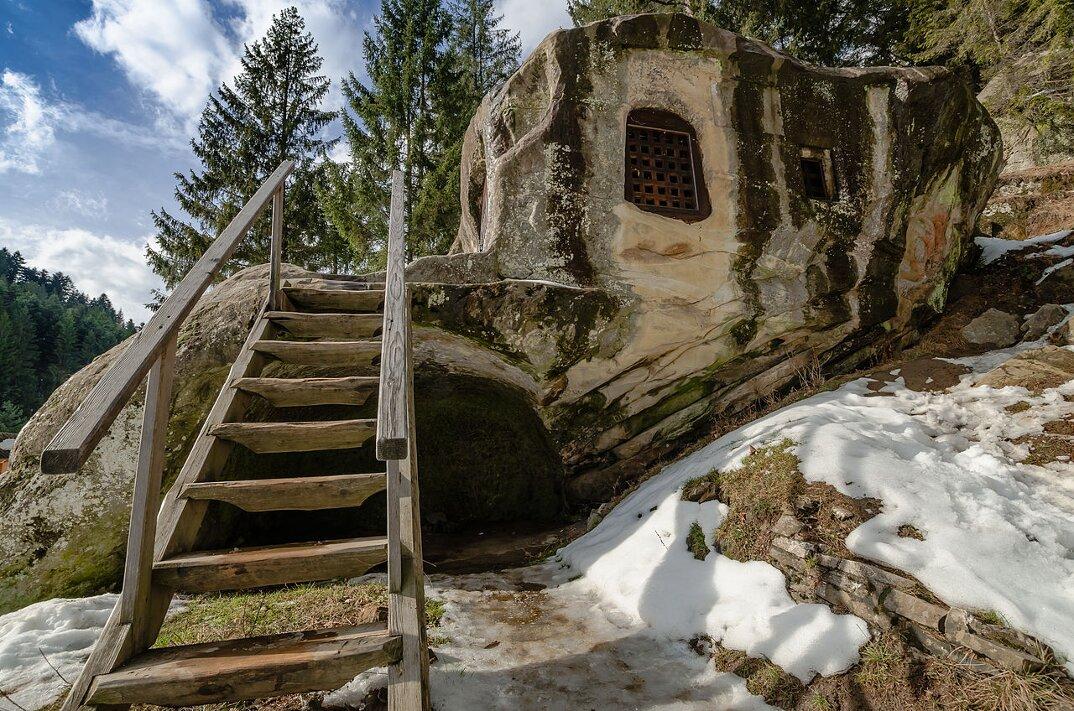 Una casa del 15 secolo scavata nella roccia da un monaco