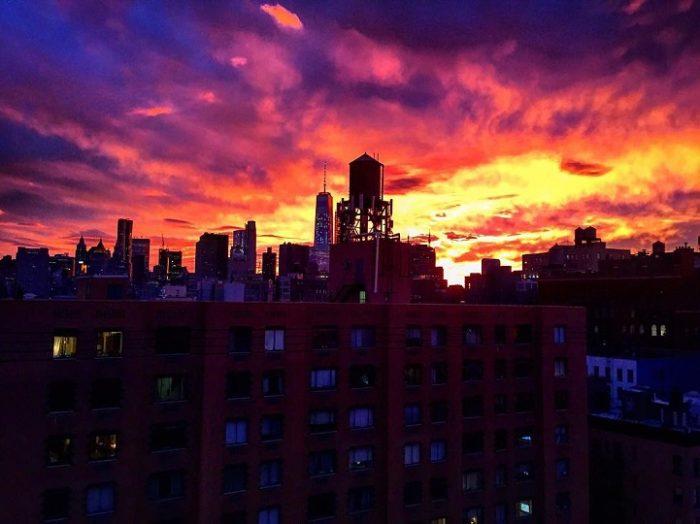 Gli abitanti di New York fotografano un magnifico tramonto