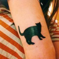 Kara kedi uğursuz diyenlere inat