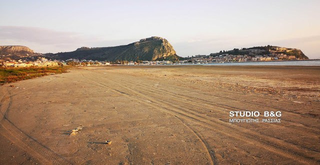 Supermoon triggers extreme low tide in Nafplio (pictures)