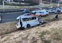 Minibus taxi overturns in Glenhove off ramp leaving one female passenger dead. Photo: @visiontactical, Twitter