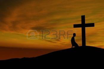 14659539-dramatische-hemel-landschap-met-een-berg-kruis-en-een-aanbidder
