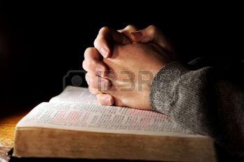 3102870-bijbel-bidden-hands-man