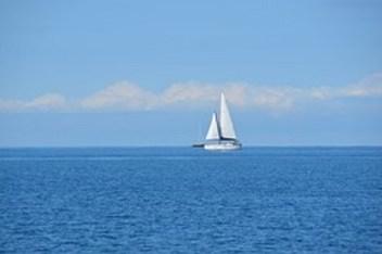 zeilboot op oceaan - kopie