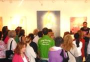 ξενάγηση επισκεπτών στην έκθεση από τον Μιχαήλ Ρωμανό