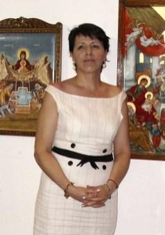 H αγιογράφος Δήμητρα Γιαννακέα δίπλα στις υπέροχες αγιογραφίες της