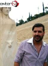 Ο Mιχαήλ Ρωμανός δίπλα στην Ερμαϊκή στήλη στο Καλλιμάρμαρο Στάδιο