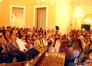 άποψη του fashion show των εγκαινίων της έκθεσης ΔΡΩΜΕΝΑ ΤΕΧΝΗΣ