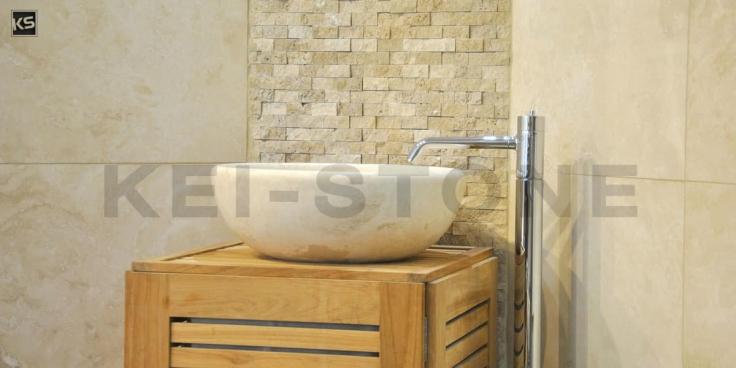la salle de bain en pierre travertin