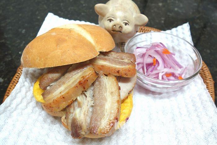 世界一の朝食!パン・コン・チチャロン