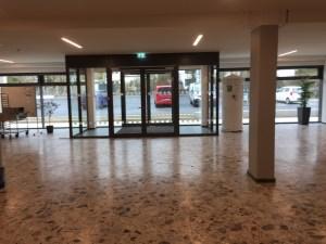 817 - Sicherheitsmarkierungen an einem Gymnasium im Sauerland