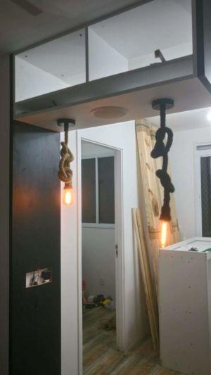 instalação de luminária estilosa na bancada da cozinha