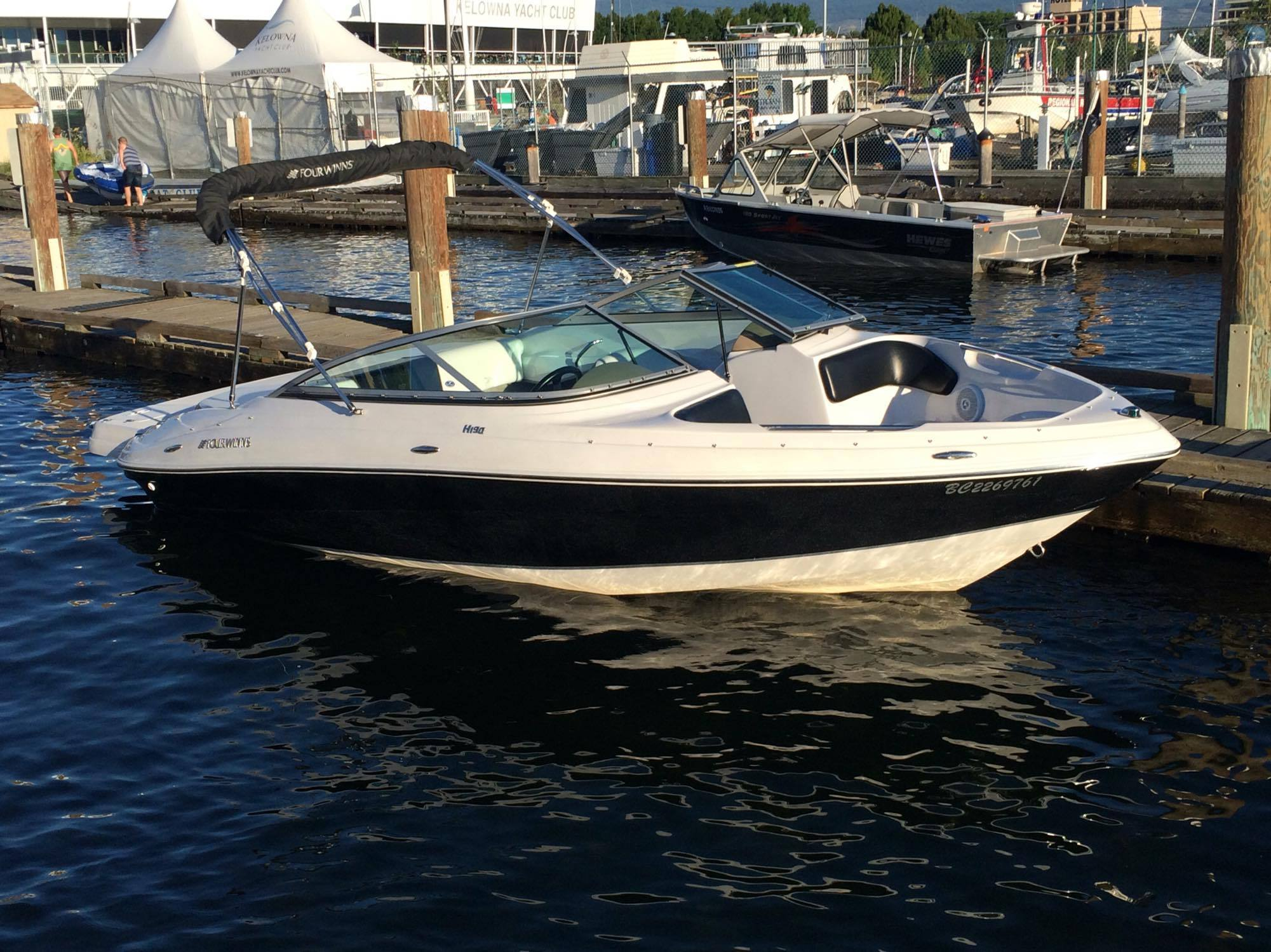 19' Four Winns 2010 availaable for rent on Okanagan Lake