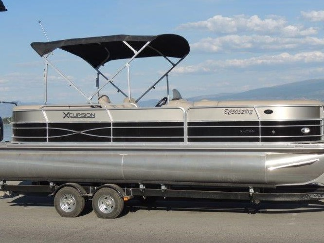 25' Pontoon Boat for rent on Okanagan Lake.