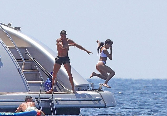 Ronaldo throws his girlfriend into the sea as they enjoy leisure in Ibiza