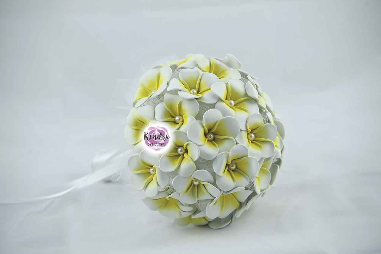 Bouquet frangipani e perle