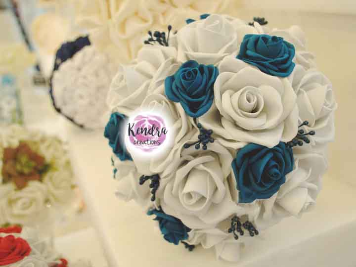 Bouquet rose bianche e blu ottanio