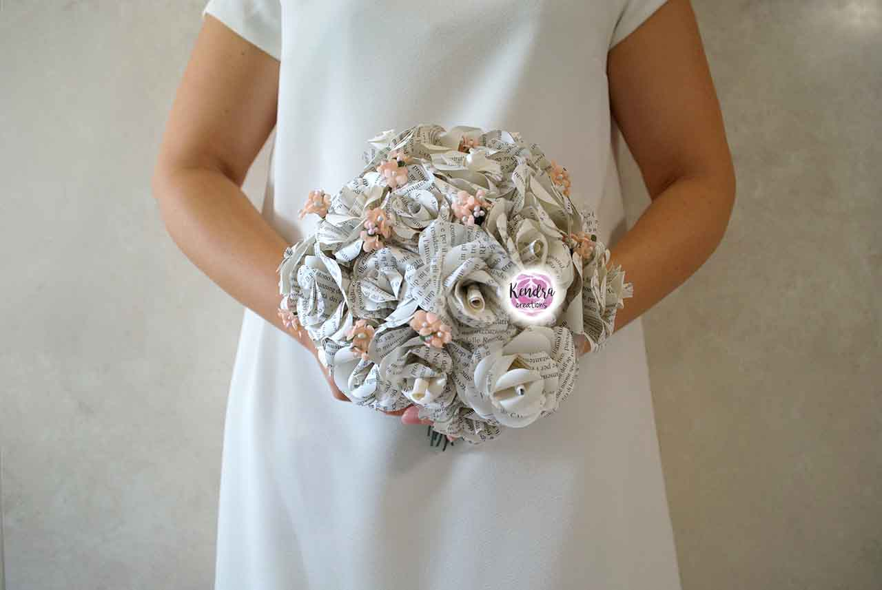 Bouquet rose carta libro