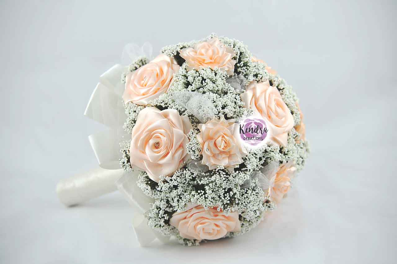 Bouquet rose di raso e nebbiolina