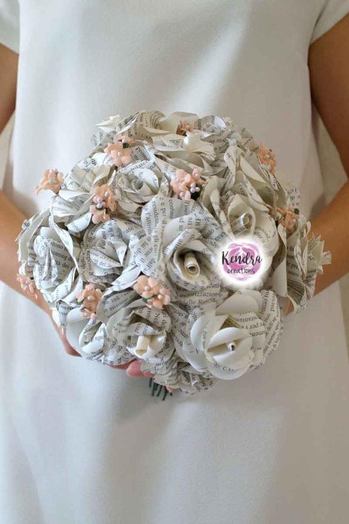 bouquet rose carta libro
