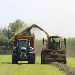 Loonbedrijf Kennes gras hakselen